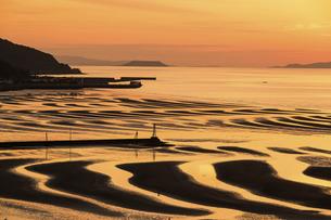 自然の神秘 夕日に砂紋が映え、癒やされる景勝風景 日本の「渚百選」「日本の夕陽百選」の写真素材 [FYI04811860]