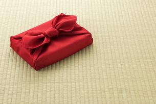 畳の上に置かれた風呂敷包の手土産の写真素材 [FYI04811867]