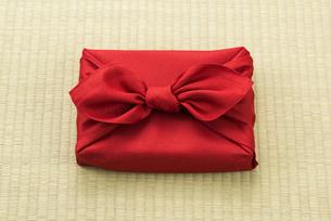 畳の上に置かれた風呂敷包の手土産の写真素材 [FYI04811869]
