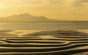 パノラマ風景 自然の神秘 夕日に砂紋が映え、癒やされる景勝風景 日本の「渚百選」「日本の夕陽百選」の写真素材 [FYI04811899]