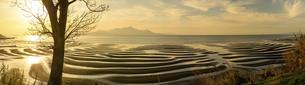 パノラマ風景 自然の神秘 夕日に砂紋が映え、癒やされる景勝風景 日本の「渚百選」「日本の夕陽百選」の写真素材 [FYI04811900]