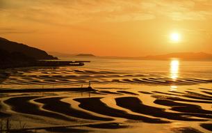 自然の神秘 夕日に砂紋が映え、癒やされる景勝風景 日本の「渚百選」「日本の夕陽百選」の写真素材 [FYI04811915]
