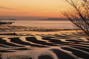 自然の神秘 夕日に砂紋が映え、癒やされる景勝風景 日本の「渚百選」「日本の夕陽百選」の写真素材 [FYI04811921]