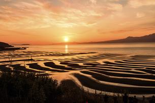 夕空を背景に自然の神秘 夕日に砂紋が映え、癒やされる景勝風景 日本の「渚百選」「日本の夕陽百選」の写真素材 [FYI04811940]