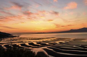 夕空を背景に自然の神秘 夕日に砂紋が映え、癒やされる景勝風景 日本の「渚百選」「日本の夕陽百選」の写真素材 [FYI04811960]