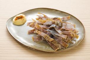 お皿に盛ったサキイカの写真素材 [FYI04812091]