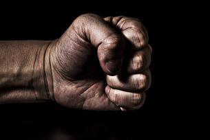 男性の握りこぶしの写真素材 [FYI04812093]