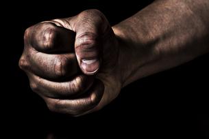 男性の握りこぶしの写真素材 [FYI04812094]