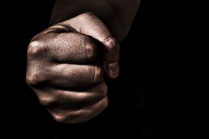 男性の握りこぶしの写真素材 [FYI04812095]