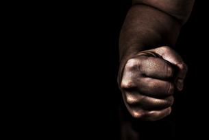 男性の握りこぶしの写真素材 [FYI04812096]