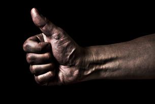 親指を立てた男性の手の写真素材 [FYI04812098]
