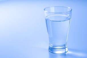 水の入ったコップの写真素材 [FYI04812102]