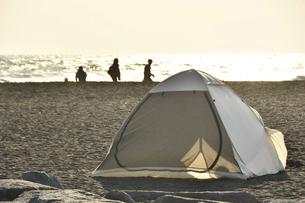 海辺でソロキャンプの写真素材 [FYI04812146]