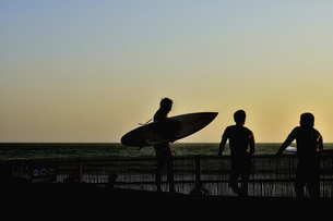 夕方サーフィンを終えて(シルエット)の写真素材 [FYI04812148]