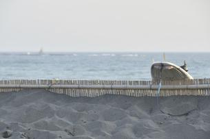 砂浜に置かれたサーフボードと烏帽子岩の写真素材 [FYI04812149]