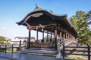 快晴の青空を背景に金刀比羅宮の鞘橋(香川県琴平町)の写真素材 [FYI04812187]