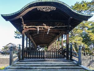 快晴の青空を背景に金刀比羅宮の鞘橋(香川県琴平町)の写真素材 [FYI04812188]