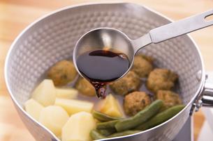 煮物料理に醤油で味付けの写真素材 [FYI04812268]