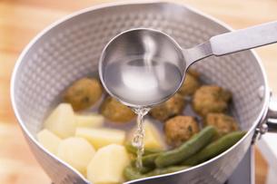 煮物料理に料理酒の写真素材 [FYI04812269]