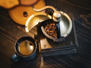 コーヒーとコーヒーミルの写真素材 [FYI04812358]