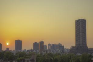 豊島区役所庁舎ビルと池袋の街並みと夕日の写真素材 [FYI04812427]