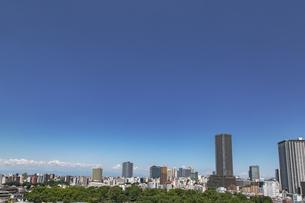豊島区役所庁舎ビルと池袋の街並みの写真素材 [FYI04812434]
