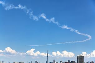 都心の上空を飛行するブルーインパルスと東京スカイツリーの写真素材 [FYI04812436]