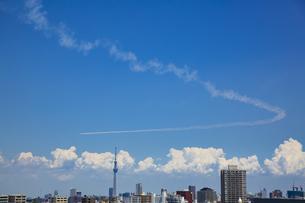 都心の上空を飛行するブルーインパルスと東京スカイツリーの写真素材 [FYI04812437]