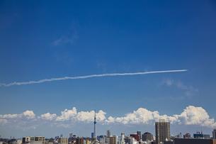 都心の上空を飛行するブルーインパルスと東京スカイツリーの写真素材 [FYI04812439]