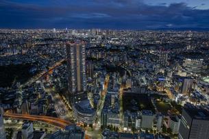 豊島区役所庁舎ビルと新宿方面の都心の夜景の写真素材 [FYI04812441]