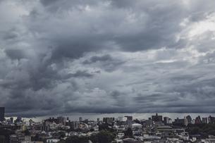 都心を覆うゲリラ豪雨の暗雲の写真素材 [FYI04812445]