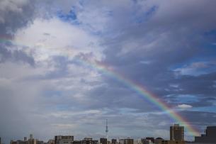 虹がかかった都心の空と東京スカイツリーの写真素材 [FYI04812447]