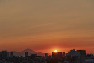 豊島区から望む夕日が沈む都心の風景と富士山の写真素材 [FYI04812450]