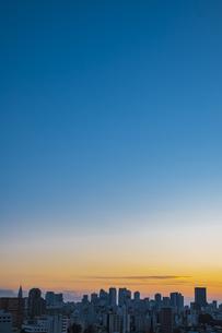 夕暮れの新宿方面の高層ビル群の写真素材 [FYI04812452]