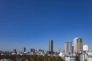 豊島区役所庁舎ビルと池袋の街並みの写真素材 [FYI04812455]
