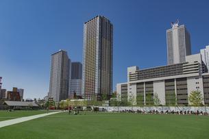 豊島区東池袋のイケ・サンパークと高層マンションとビル群の写真素材 [FYI04812477]