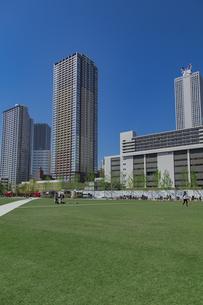 豊島区東池袋のイケ・サンパークと高層マンションとビル群の写真素材 [FYI04812478]