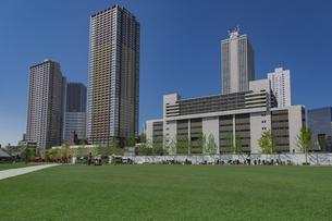 豊島区東池袋のイケ・サンパークと高層マンションとビル群の写真素材 [FYI04812479]