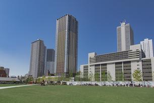 豊島区東池袋のイケ・サンパークと高層マンションとビル群の写真素材 [FYI04812481]