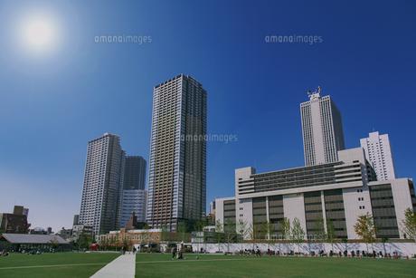 豊島区東池袋のイケ・サンパークと高層マンションとビル群の写真素材 [FYI04812485]