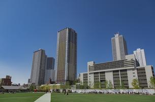 豊島区東池袋のイケ・サンパークと高層マンションとビル群の写真素材 [FYI04812486]
