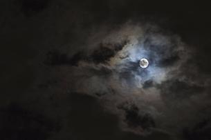 月に雲の写真素材 [FYI04812506]
