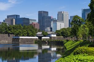 【東京都】都市景観 皇居外苑桜田門と丸の内のビル景観の写真素材 [FYI04812558]