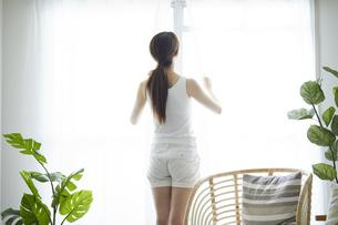 朝のリビングと若い女性の写真素材 [FYI04812661]