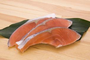 銀鮭の切り身の写真素材 [FYI04812676]