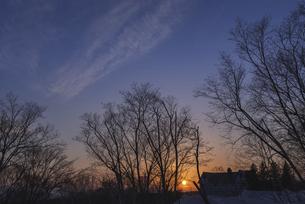 夕日とブルーアワーの写真素材 [FYI04812729]
