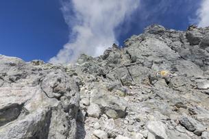 焼岳頂上の岩場の写真素材 [FYI04812839]