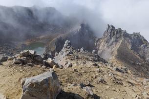 焼岳頂上、北峰から火口の風景の写真素材 [FYI04812843]