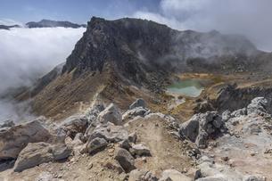 焼岳北峰から南峰と遠く乗鞍岳の写真素材 [FYI04812844]