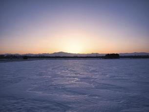 雪原と夕焼けの写真素材 [FYI04813045]